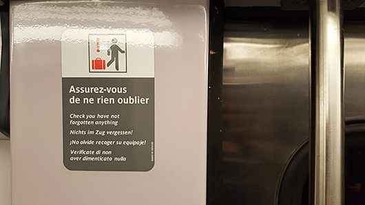 Stickers à bord des trains, au niveau des portes.